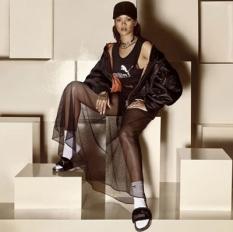 claquettes sur chaussettes promotionnées par Rhianna herself
